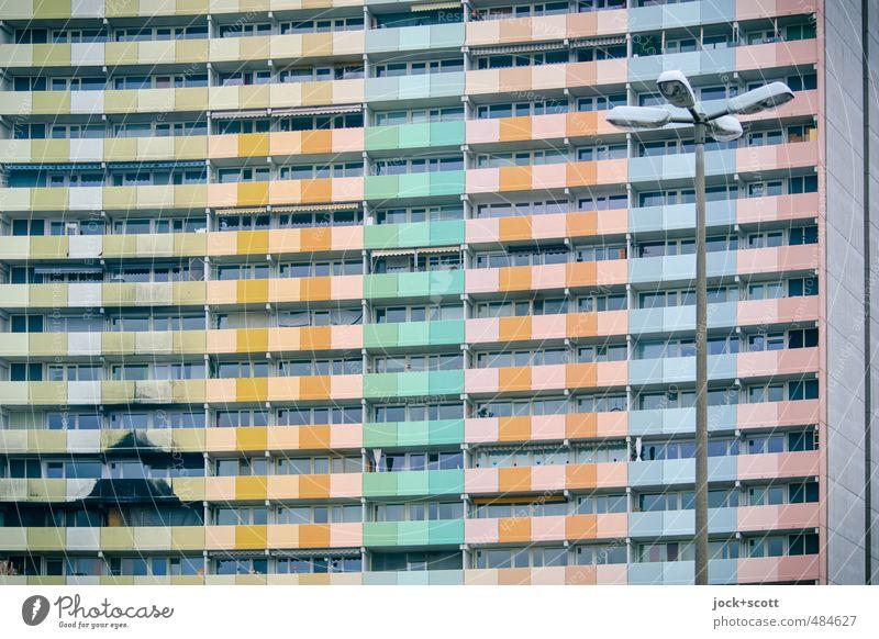 Brand gefährdet Stadt Gebäude Linie Fassade Ordnung Häusliches Leben modern Hochhaus groß gefährlich Beton Streifen Wandel & Veränderung Sicherheit Balkon Etage