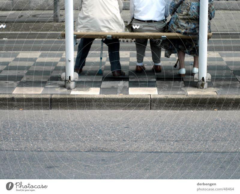 die alten und der wind Senior Mensch Asphalt Einsamkeit trist Bank Station Straße warten Pflastersteine