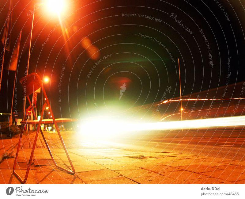 Stuhltanz rot gebraucht Nacht dunkel Rostock Verkehr Erkenntnis zurücklassen Langzeitbelichtung Nachtaufnahme klapprig stadthafen PKW Scheinwerfer Straße