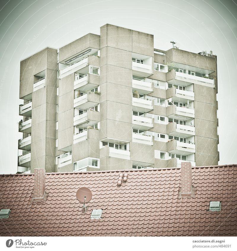 Aus den Sechzigern Menschenleer Haus Hochhaus Dach Schornstein Satellitenantenne bedrohlich eckig hässlich kalt grau Langeweile Einsamkeit Höhenangst