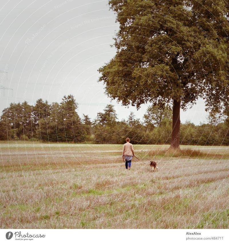 Die zwei vom Feld Natur Jugendliche schön Baum Junge Frau Erwachsene 18-30 Jahre Gefühle Bewegung Gras natürlich Idylle Zufriedenheit wandern Sträucher