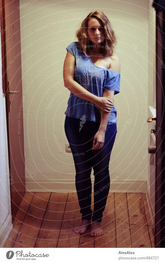 Hipsterqueen! Jugendliche blau schön Junge Frau Erwachsene 18-30 Jahre Erotik Holz Fuß Körper stehen ästhetisch beobachten einzigartig retro T-Shirt