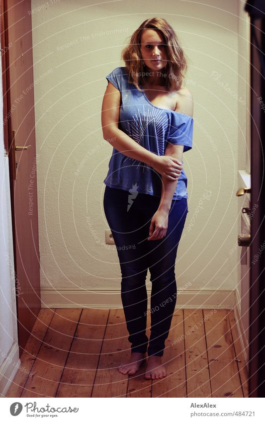 Hipsterqueen!- junge Frau steht barfuß in einem Flur Junge Frau Jugendliche Körper Fuß 18-30 Jahre Erwachsene Dielenboden T-Shirt Jeanshose Barfuß brünett