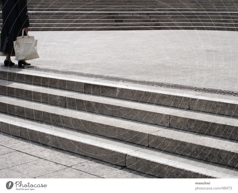 Die Omi auf der Treppe Tasche Fuß laufen treppensteigen