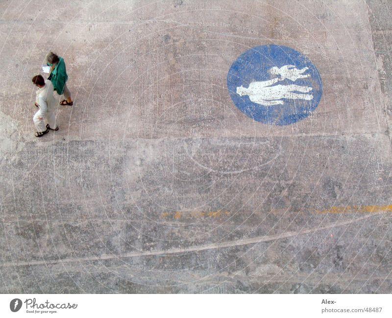 Fußgänger Malta gehen Spaziergang Bürgersteig Vogelperspektive Allee Mensch Paar laufen paarweise