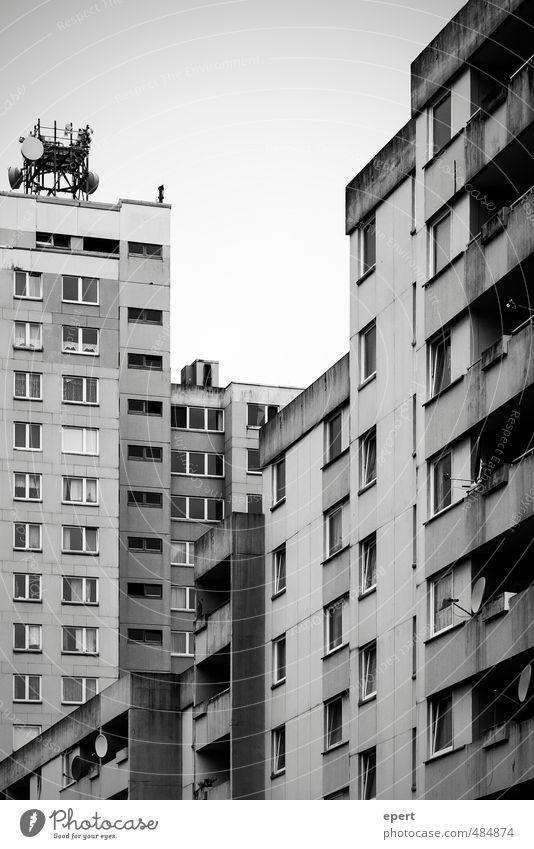 Social Network Häusliches Leben Wohnung Haus Satellitenantenne Antenne Kultur Hochhaus Gebäude Mauer Wand Balkon Beton dunkel eckig einfach trist Stadt gleich