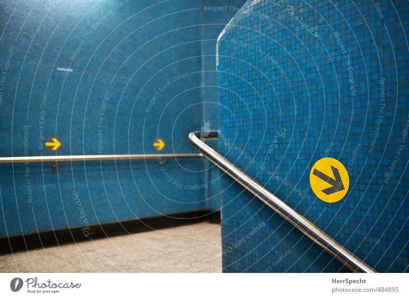 Linksverkehr Hongkong Stadt Gebäude Architektur Mauer Wand Treppe Schilder & Markierungen blau gelb Ordnungsliebe planen Verbote U-Bahn U-Bahnstation