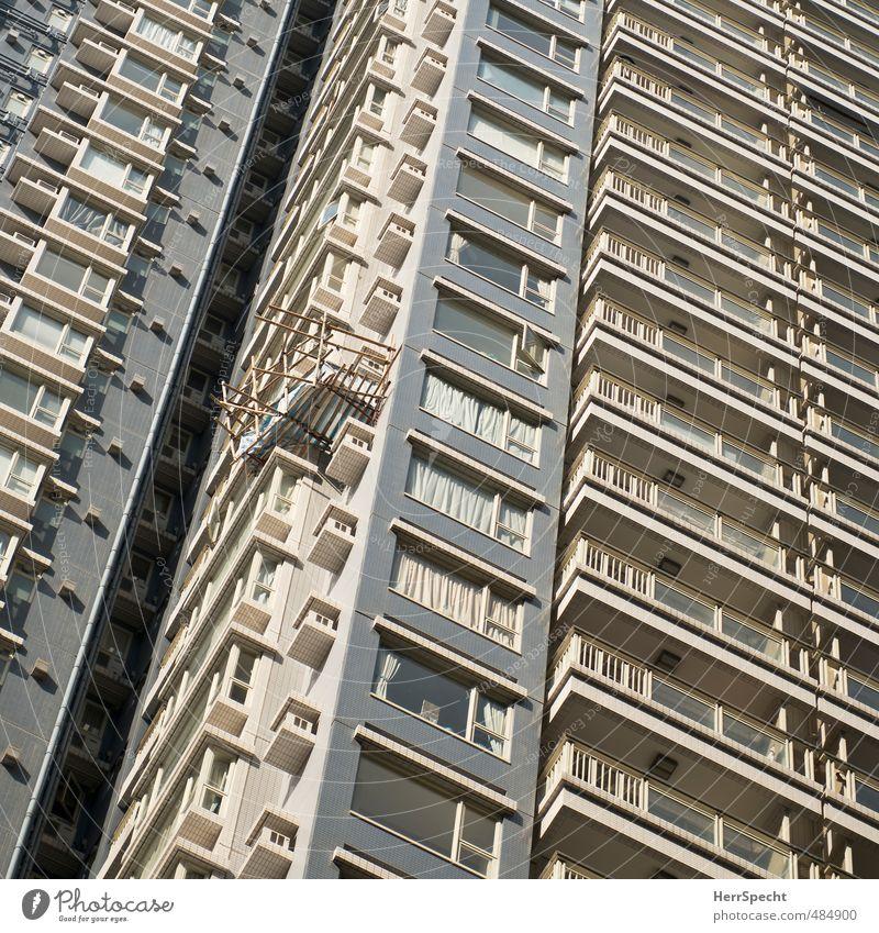 Provisorium Hongkong Hochhaus Gebäude Architektur Fassade Balkon bedrohlich lustig oben Stadt verrückt grau Wohnung Baugerüst Bambusstange Absturzgefahr