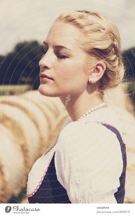 Natur pur feminin Junge Frau Jugendliche 1 Mensch Haare & Frisuren blond authentisch schön natürlich ästhetisch Zufriedenheit elegant ruhig Trachtenkleid