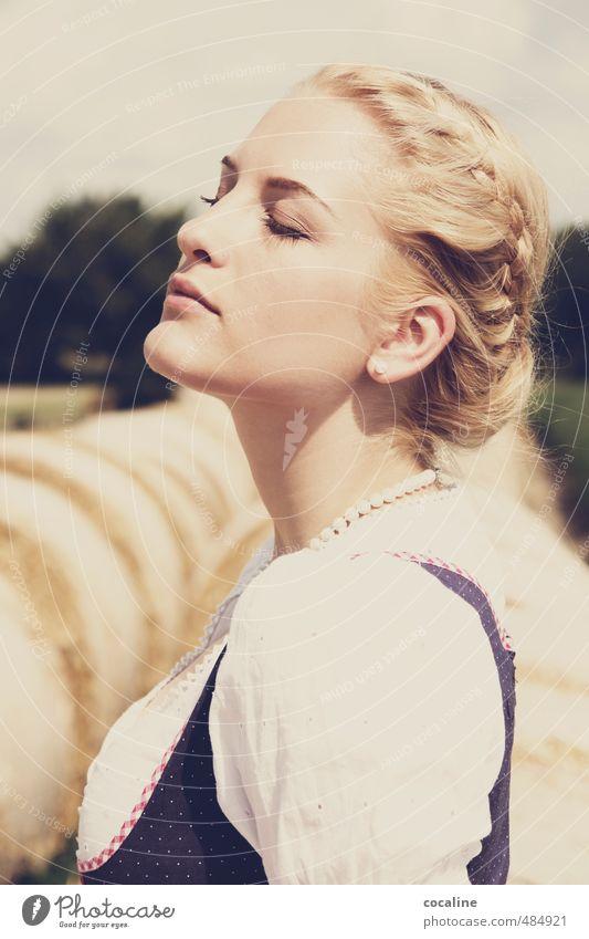 Hochgenuss Mensch Frau Jugendliche schön Erholung ruhig Erwachsene 18-30 Jahre Leben feminin Haare & Frisuren Freiheit Glück natürlich Mode blond