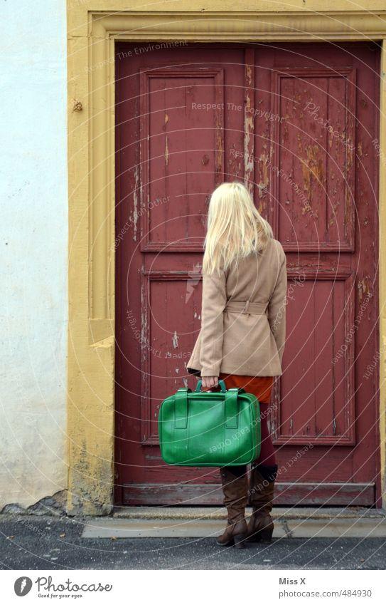 Klopf klopf Mensch Frau Ferien & Urlaub & Reisen Jugendliche Junge Frau 18-30 Jahre Erwachsene Gefühle feminin Stimmung Tür blond warten geschlossen Ausflug