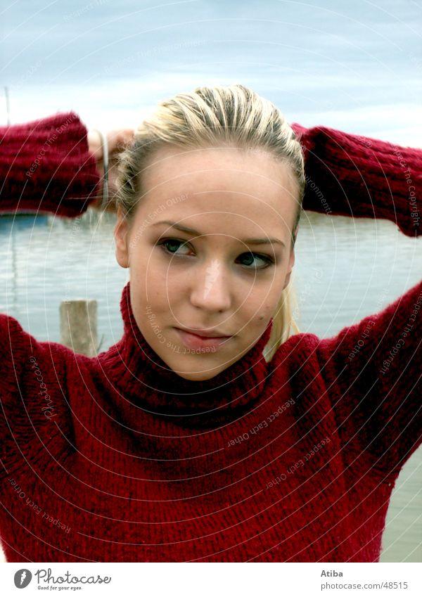 Am See ... Frau blond süß geheimnisvoll Pullover Rollkragenpullover rot Herbst kalt Österreich schön Wasser Himmel blau neusiedlersee