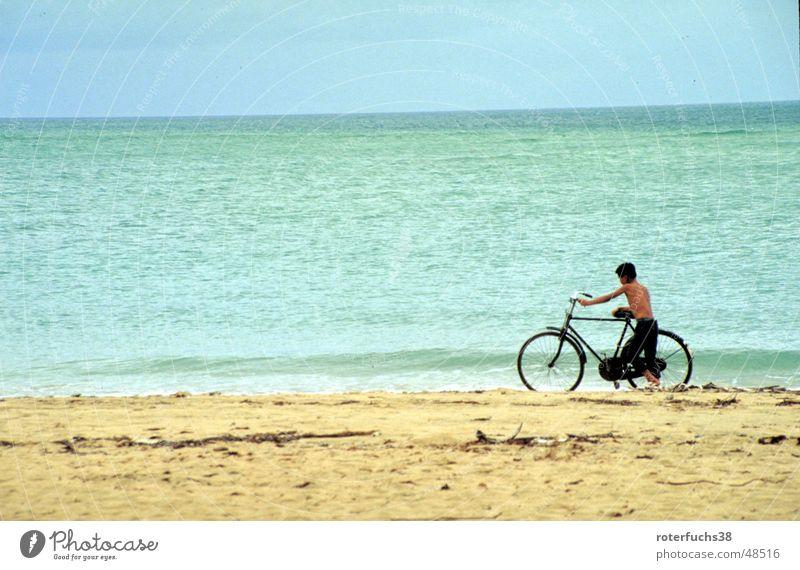 Hainan Dao Haikou China Daoismus Küste Strand Kind Fahrrad Wolken schieben Kurzhaarschnitt Asien Brandung ruhig Rauschen türkis Meer Verkehrsmittel gelb Ocker
