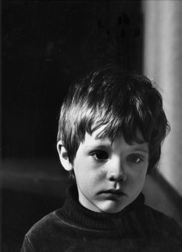 Tobias weint Kind Mensch Trauer Einsamkeit Low Key menschen in ihrer umwelt gewalt gegen kinder Kindererziehung weinen Schwarzweißfoto