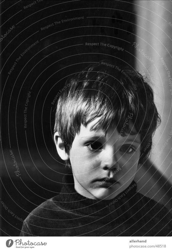 Tobias weint Mensch Kind Einsamkeit Trauer weinen Kindererziehung
