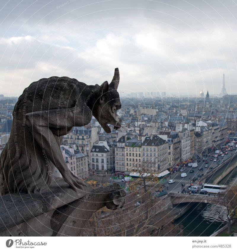 grotesker Beobachter Kunstwerk Skulptur Paris Frankreich Europa Hauptstadt Stadtzentrum Skyline Haus Kirche Kathedrale Fassade Sehenswürdigkeit Tour d'Eiffel