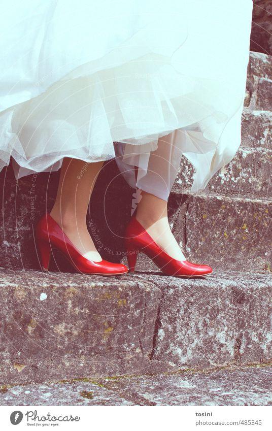 rot-weiß Stil Hochzeit Frau Erwachsene Fuß 1 Mensch Freude Glück Fröhlichkeit Zufriedenheit Lebensfreude Schuhe Brautkleid Kontrast Treppe Steintreppe