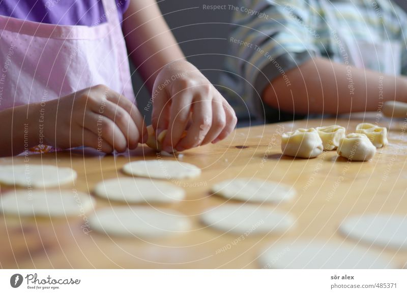 Pelmeni Kind Hand Gesunde Ernährung Zusammensein Lebensmittel Häusliches Leben Kochen & Garen & Backen lecker Backwaren Abendessen Fleisch Mittagessen