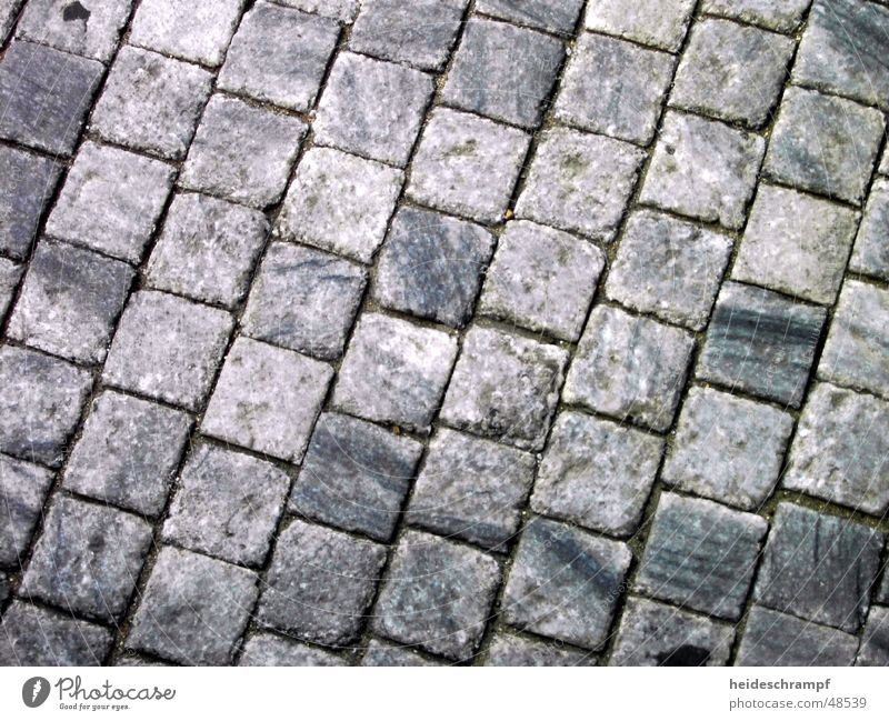 unterwegs auf prager pflaster alt Straße Wege & Pfade Kopfsteinpflaster Quadrat Pflastersteine Prag Tschechien holperig