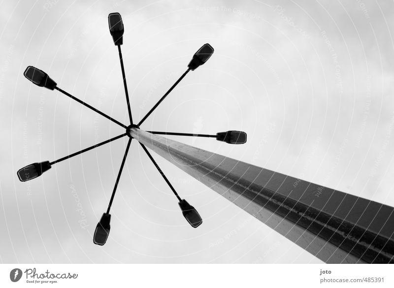 über unseren köpfen Lampe leuchten alt eckig hoch retro Nostalgie Licht Straßenbeleuchtung Laternenpfahl Design Litauen Pfosten himmelwärts Architektur Linie