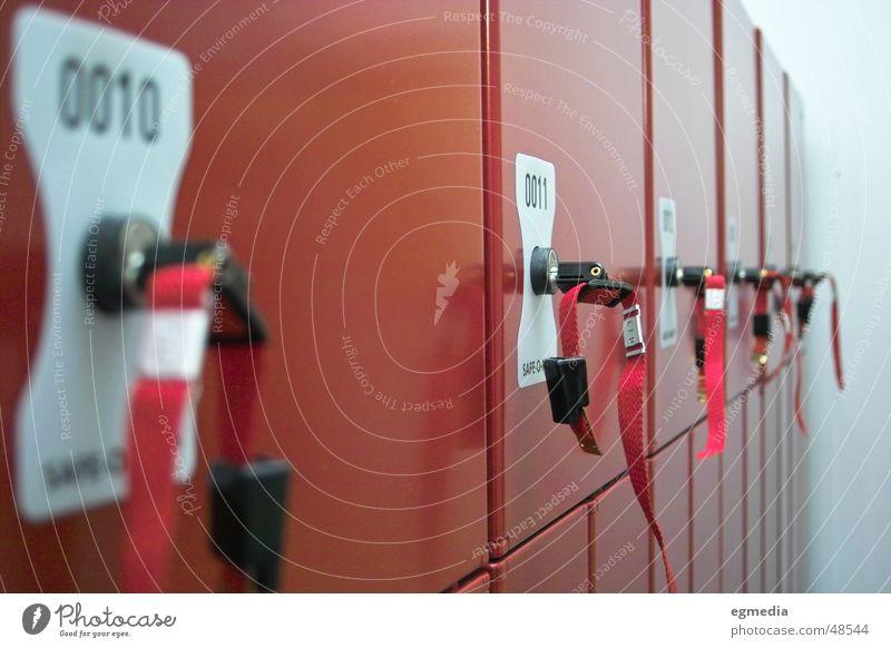 red locker rot beweglich Umkleideraum Schrank geschlossen Sicherheit 10 11 Schlüssel Schließfach verstecken geheimnisvoll