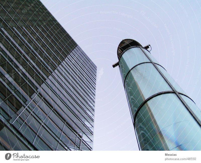 Look Up Fenster oben Gebäude Fassade modern Perspektive Eisenrohr Schornstein Bürogebäude Glasfassade