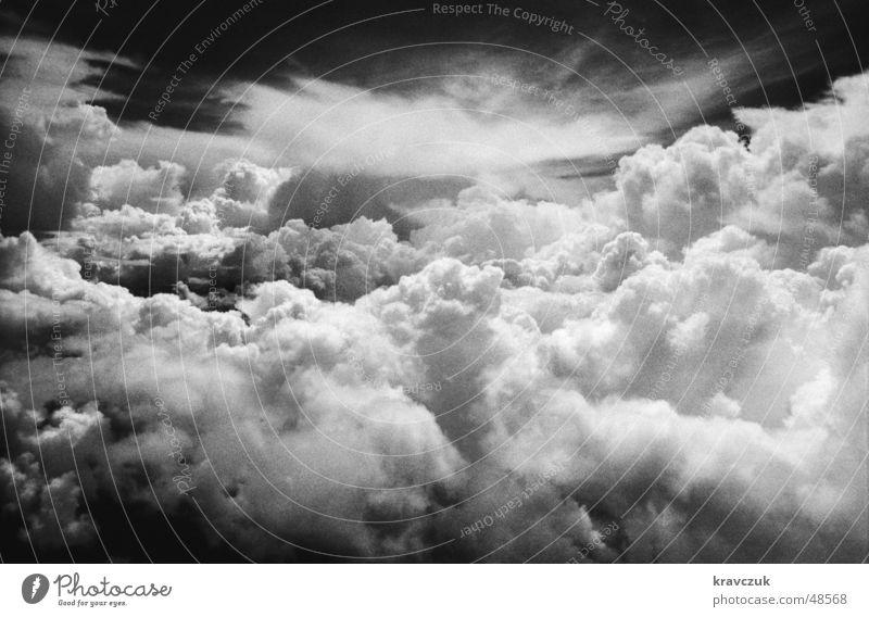 In einer anderen Welt Wolken Kumulus Ferne Aussicht Himmel Niveau dramatisch Schwarzweißfoto Kontrast Luftverkehr dohend überblicken