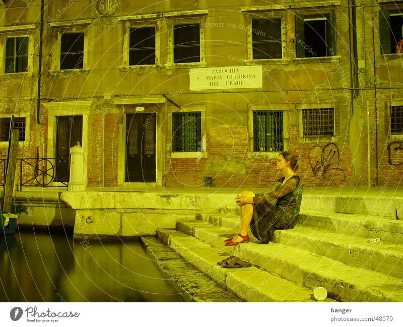 wenn die gondeln ... Frau Wasser ruhig Erholung warten sitzen Pause Romantik beobachten historisch Anlegestelle Tourist Junge Frau bewegungslos Venedig Italien