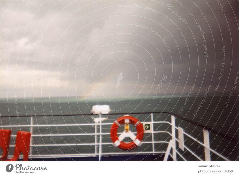 Rettender Regenbogen Wasser Sonne Meer rot Wasserfahrzeug Rettungsring Reling