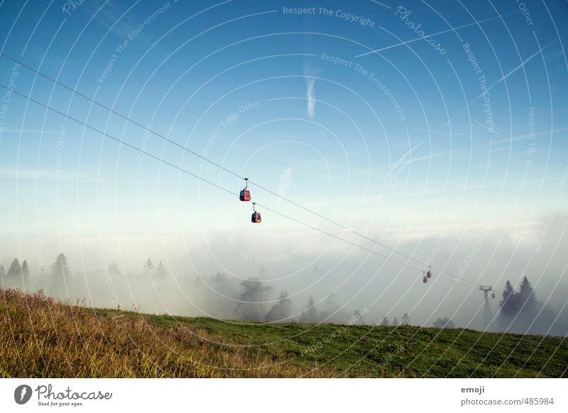 aus dem Nebel Umwelt Natur Landschaft Himmel Wolkenloser Himmel Herbst Feld natürlich positiv Nebelmeer Seilbahn Gondellift Tourismus Ausflug wandern Farbfoto