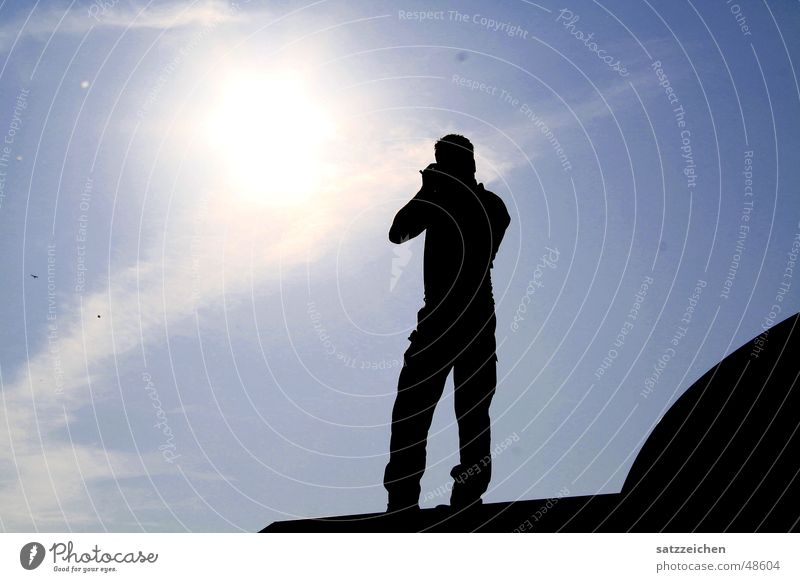 Fotograf mit Sonne im Herzen Gegenlicht Dach Wolken Unendlichkeit Mann grell Licht sunshine Himmel Brennpunkt
