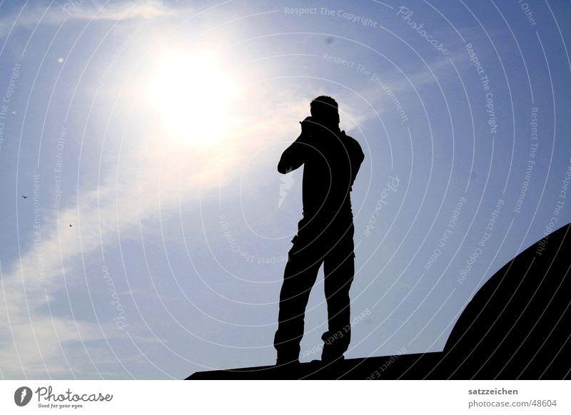 Fotograf mit Sonne im Herzen Mann Himmel Wolken Dach Unendlichkeit Licht grell Brennpunkt