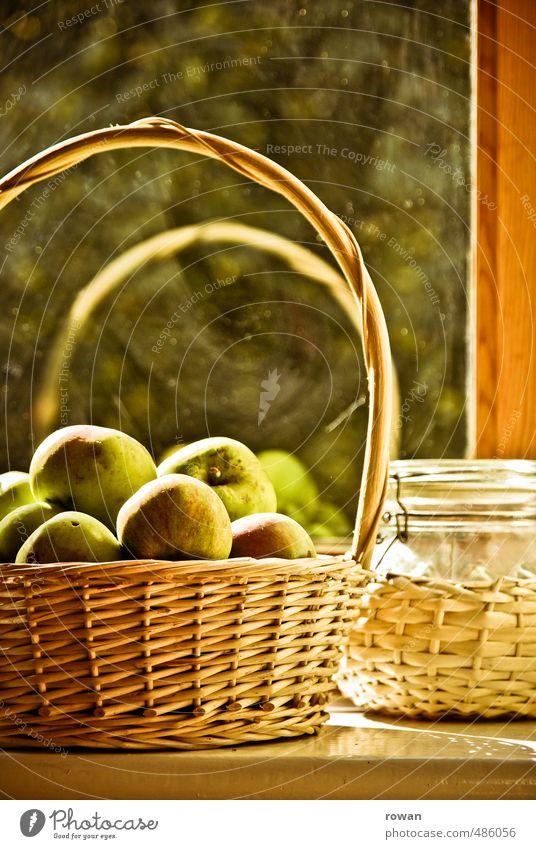 herbstlicht Lebensmittel Frucht Apfel Ernährung Bioprodukte Vegetarische Ernährung Haus Einfamilienhaus Fassade Fenster frisch Wärme ruhig Häusliches Leben Korb
