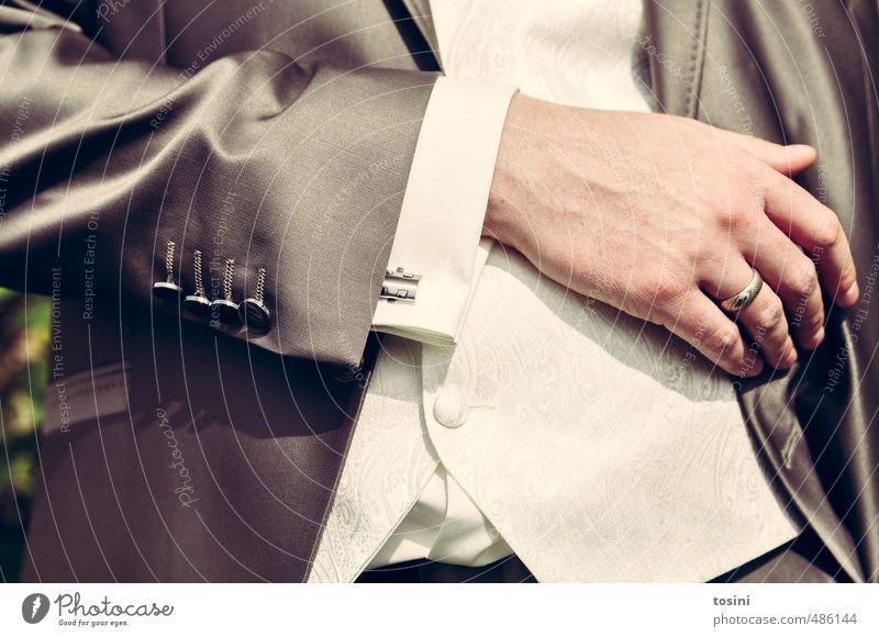 Eleganz maskulin 1 Mensch Mode Gefühle Hochzeit Kreis Ehe Ehering Ehemann Anzug festlich Knöpfe Manschette grau Hand Finger Oberkörper elegant Farbfoto