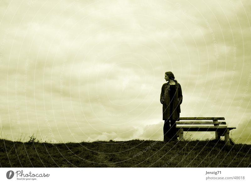 waiting. Wiese Herbst Frau Wolken Bank warten