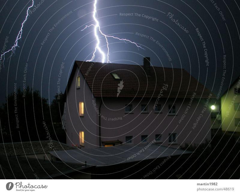 Blitz-Schlag Blitze Nacht Haus Unwetter Gewitter