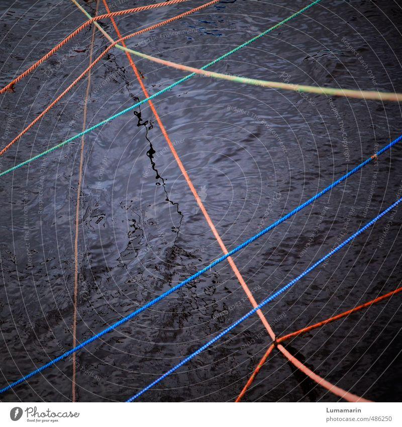 Spannungsfeld Farbe Wasser schwarz dunkel glänzend Kraft Verkehr Seil Kreativität geheimnisvoll tief Zusammenhalt Flüssigkeit Partnerschaft Verbindung chaotisch