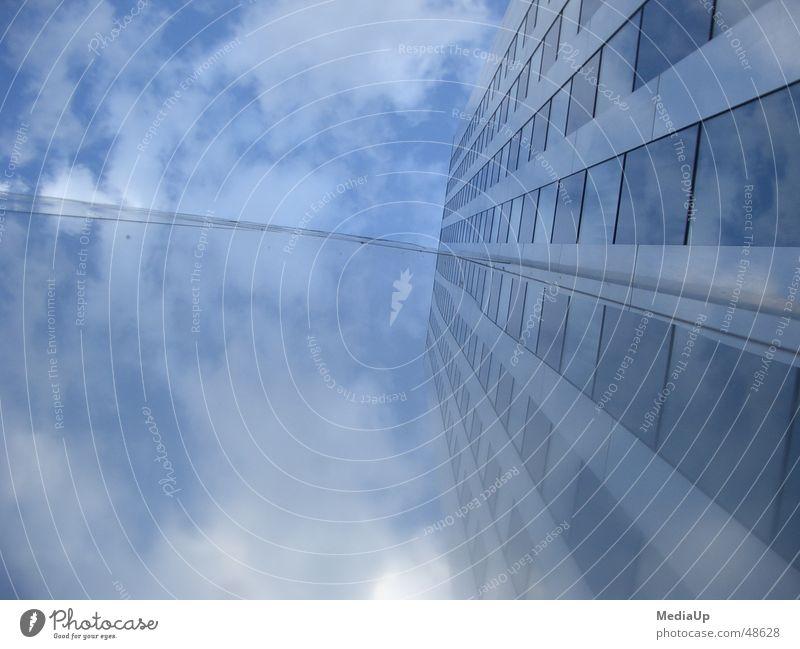 Den Wolken entgegen Himmel blau Gebäude Arbeit & Erwerbstätigkeit Glas Fassade Hochhaus Spiegel Konstruktion Düsseldorf