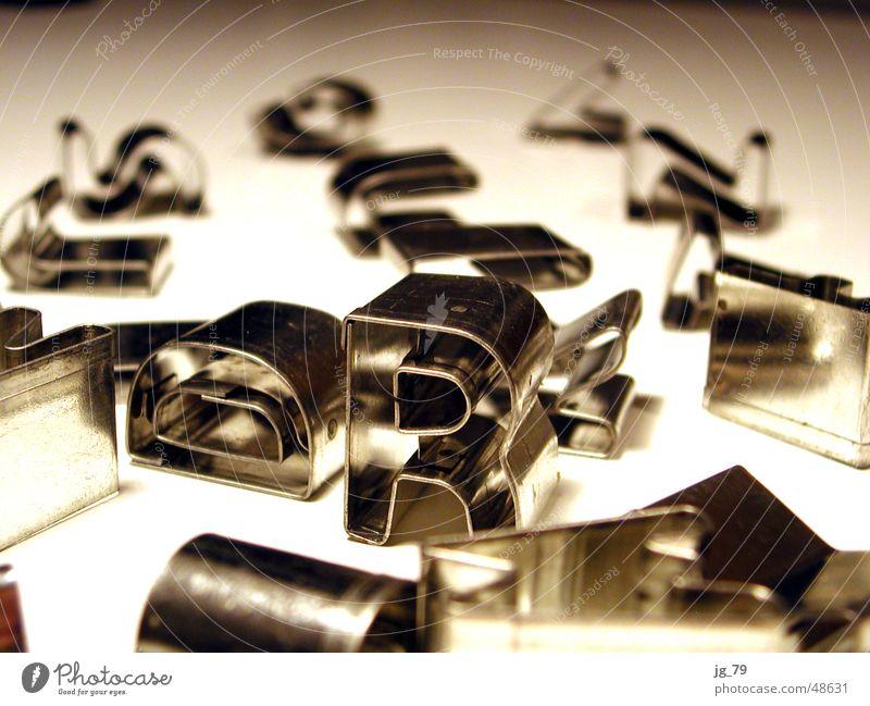 Richard und seine Freunde Metall Schriftzeichen Buchstaben Typographie silber chaotisch Anhäufung Aluminium Haufen Chrom Spielzeug Kriegsschauplatz