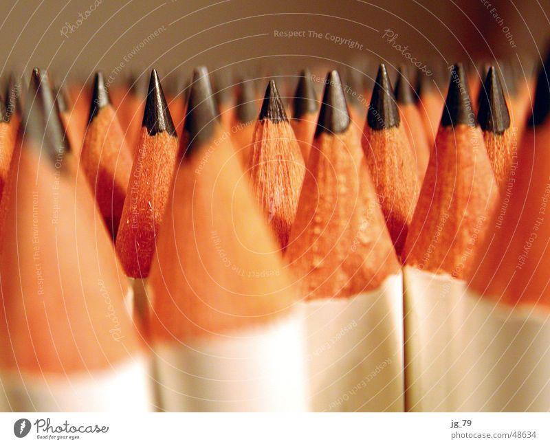 Spitz, pass auf! Bleistift Holz grau weiß Graphit angespitzt Bleiwüste Hügel Zoomeffekt schreiben streichen zeichnen picks Schmerz Makroaufnahme Detailaufnahme