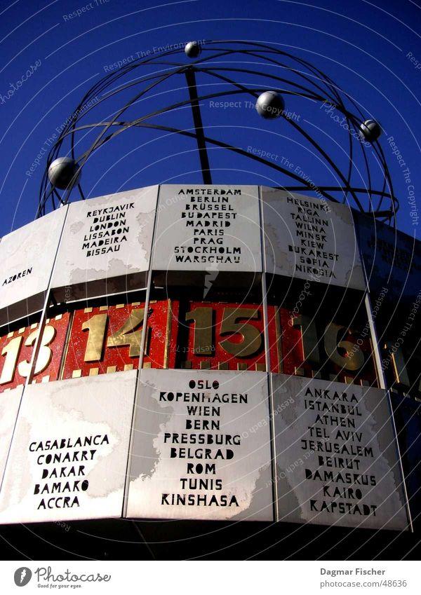 wie spät? Himmel blau rot Ferien & Urlaub & Reisen Berlin Erde Kunst Deutschland Zeit Uhr Ziffern & Zahlen Denkmal historisch DDR Wahrzeichen