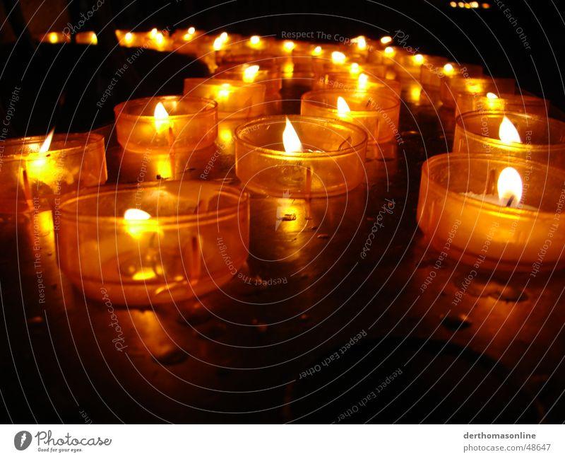 Kerzenschein Licht Romantik Teelicht dunkel Nacht gemütlich Erholung Weihnachten & Advent rot gelb heiß Streichholz Feuerzeug anzünden brennen glühen Wachs