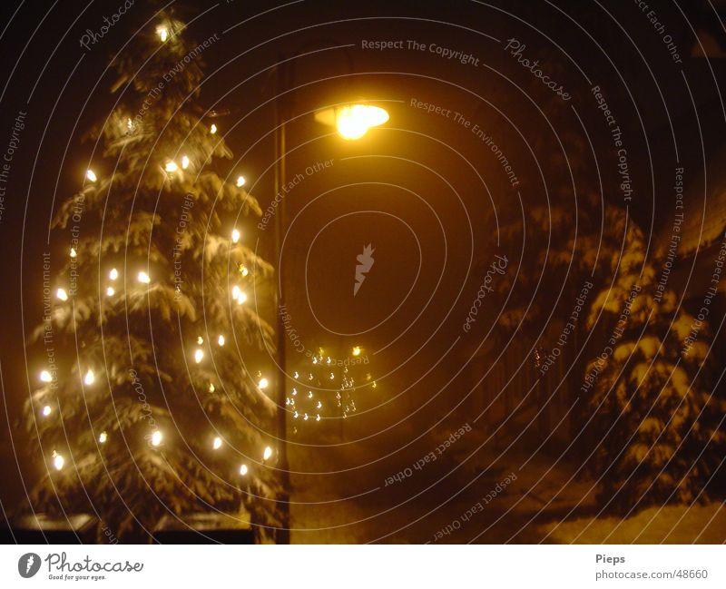 A Spooky Dream Of Christmas Farbfoto Außenaufnahme Menschenleer Nacht Winter Schnee Nebel Kleinstadt Straße frieren leuchten dunkel ruhig Reinheit Gasse Laterne