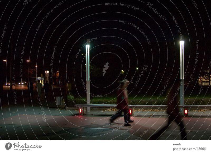 Leuchten Nacht Fußgänger Licht Lampe dunkel Braunschweig Kunstlicht Mensch Stadt Feierabend Straße heimweg