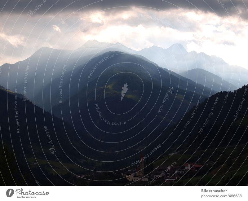 Lichtstimmung Natur Landschaft Wolken dunkel Berge u. Gebirge Kirche Dorf Unwetter Südtirol dramatisch Dolomiten schlechtes Wetter horizontal massiv Naturgewalt Regenwolken