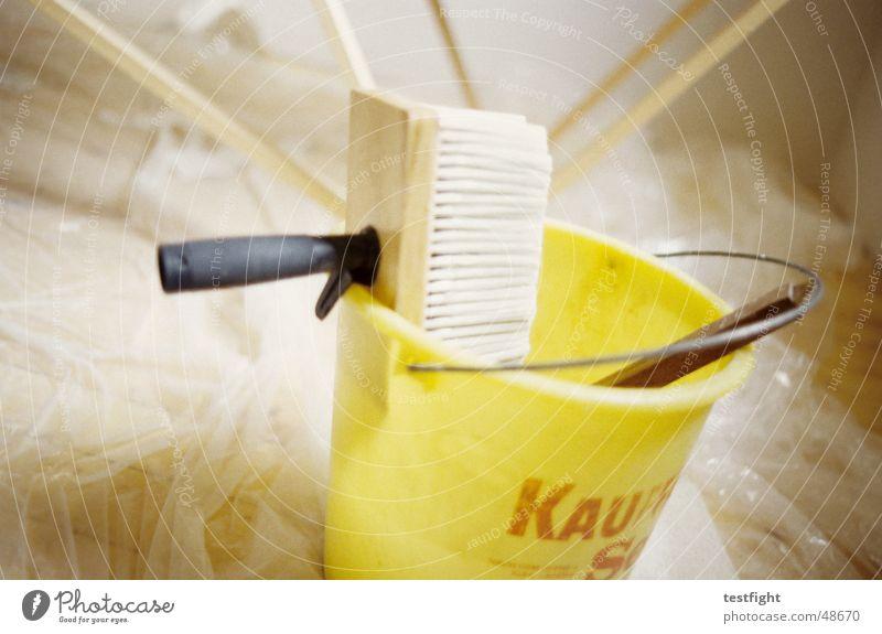 tapezieren gelb Raum Tapete Renovieren Pinsel Eimer Klebstoff Leim