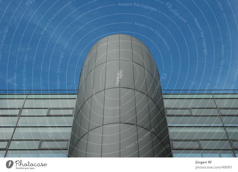 Aufblick Himmel blau Wolken Fenster Architektur Glas hoch modern Stahl Bauwerk