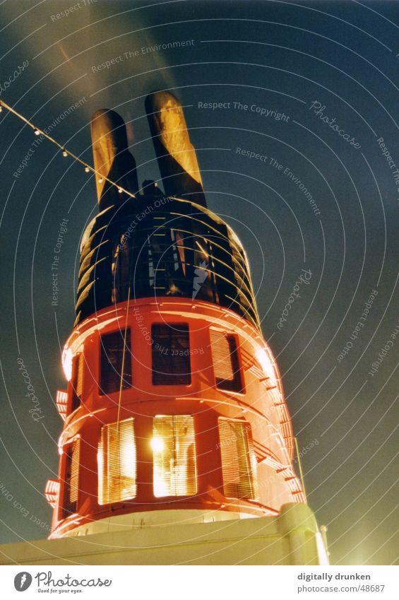 Schornstein Wasserfahrzeug groß Rauch Abgas Nachthimmel Wasserdampf Fähre Lichterkette Kohlendioxid Auspuff