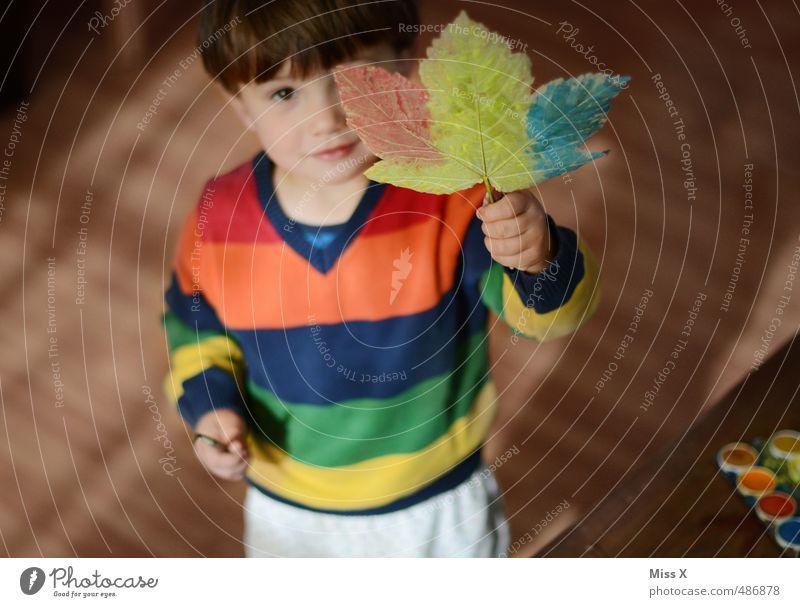 Bemalt Mensch Kind Farbe Blatt Herbst Spielen Freizeit & Hobby Kindheit niedlich Kreativität malen Kleinkind Herbstlaub Ahornblatt gestreift Pinsel