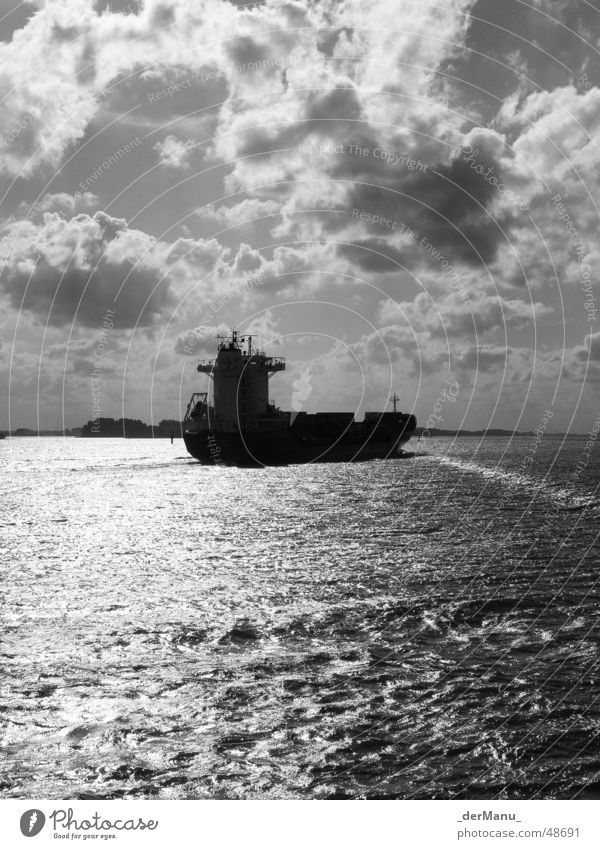 Sonne tanken schwarz weiß Frachter Umweltverschmutzung Gegenteil Wolken Meer Wellen dunkel Blankenese Benzin groß Wasserfahrzeug hart laden auslaufen fahren
